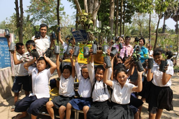 カンポットのパートナー『小学校薬草園プロジェクト』の生徒たち
